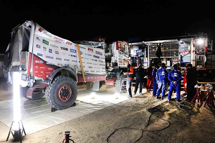 Suffering a heavy and damaging fall in the sand dunes doesn't stop Hino Team Sugawara continue through high-speed and long distances
